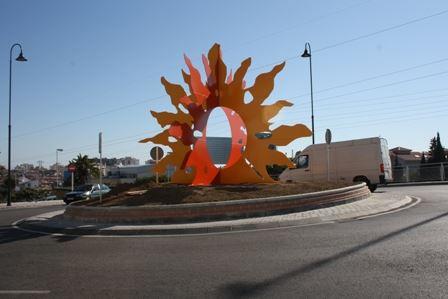 Fuengirola instala su logo en la glorieta de Muebles Benítez ...