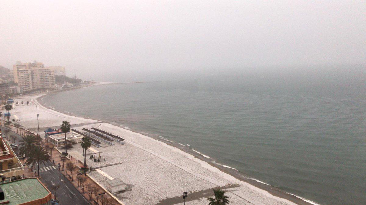 La nieve en Fuengirola deja imágenes insólitas en sus playas